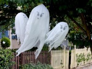 halloween-decor-ideas-ghosts-in-tree.jpg